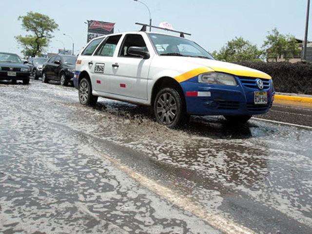 Aniego de aguas servidas se registró en la cdra. 13 de la  av. Arequipa