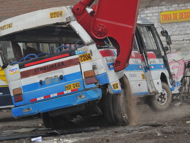 Destruyen más de 20 vehículos antiguos gracias a programa de chatarreo