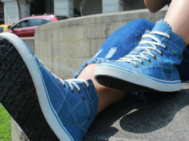 La empresa peruana que fabrica calzado con llantas, plástico y jeans reciclados