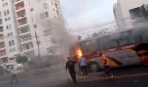 Pueblo Libre: bus de transporte público ardió en llamas