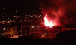 Incendio en Los Olivos: trece unidades de bomberos combaten fuego en galería