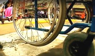 Estos son los obstáculos que una persona en silla de ruedas sufre para llegar a un hospital