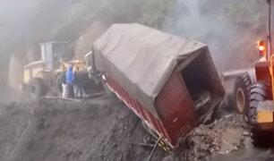 Cusco: camión cargado de materiales casi cae a un abismo en Paucartambo