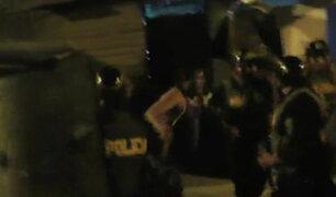 SJL: vecinos se enfrentan a la policía para evitar detención de comercializadores de droga
