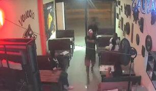Los Olivos: encapuchados armados asaltan restaurante