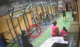 Los Olivos: tres delincuentes fuertemente armados asaltan gimnasio
