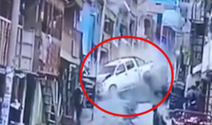Arequipa: dos vehículos colisionan violentamente en una pendiente