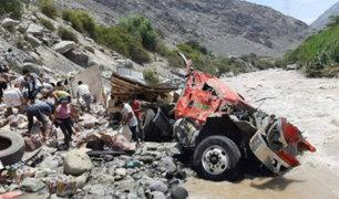 Pisco: saquean mercadería de camión que cayó a río mientras chofer pedía ayuda