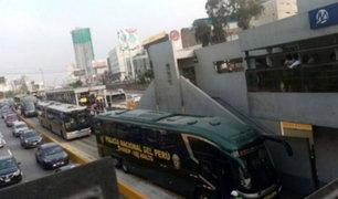 Bus policial invadió vía del Metropolitano y generó congestión vehicular