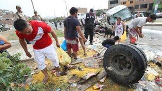 Vecinos saquean camión que se despistó y provocó la muerte de dos personas en Mi Perú