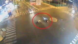 Trujillo: motociclista sale volando tras estrellarse con un taxi