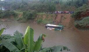 India: 24 invitados a una boda mueren tras caer bus a un río