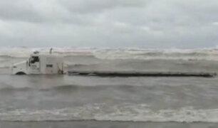 VIDEO: tráiler termina en medio del mar por violento frente de frío