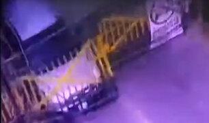 Ate: delincuentes embisten rejas de seguridad para huir de la PNP