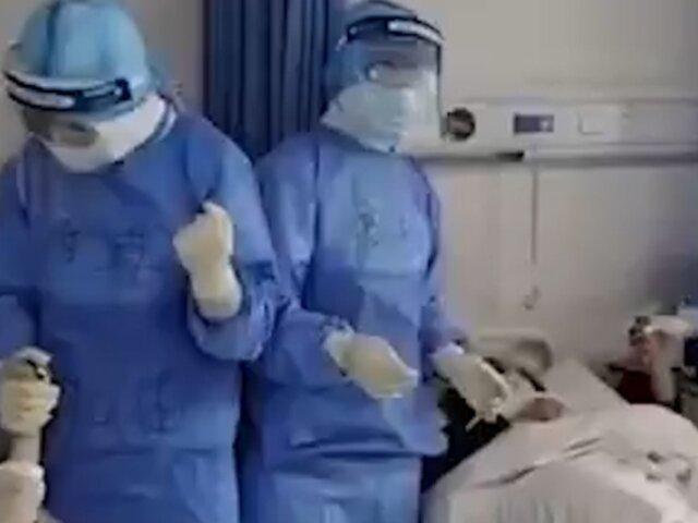 China: médicos cantan a sus pacientes para apoyarlos en lucha contra el coronavirus