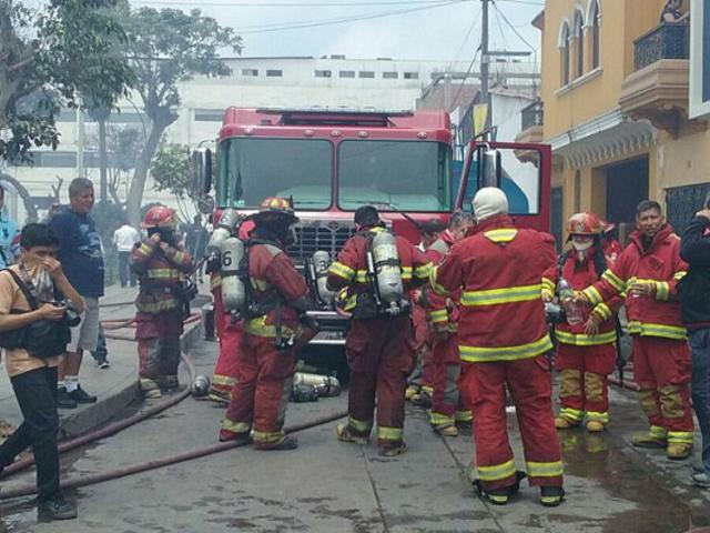 Breña: 7 unidades de Bomberos intentan apagar incendio en edificio