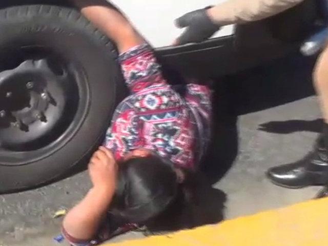 Arequipa: mujer se coloca debajo de su vehículo para evitar que sea llevado al depósito