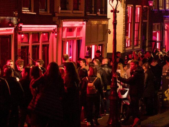 Ayuntamiento de Ámsterdam prohibió excursiones al Barrio Rojo