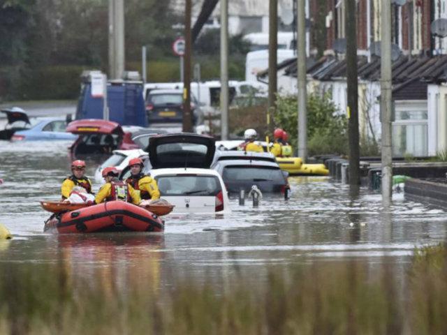 Reino Unido: tres muertos deja paso de tormenta Dennis