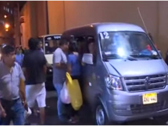 Colectiveros informales toman calle contigua al Congreso como paradero ilegal