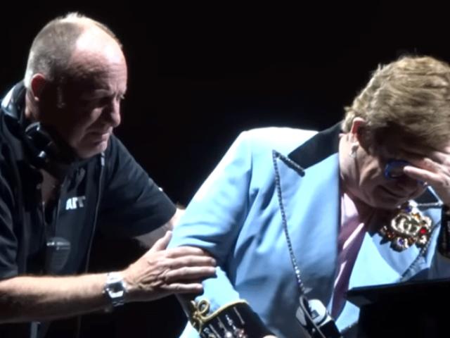 [VIDEO] Elton John se quedó sin voz en pleno concierto y rompió en llanto