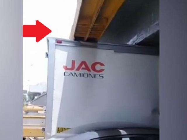 Por enésima vez, un camión queda atascado debajo de puente de av. Brasil