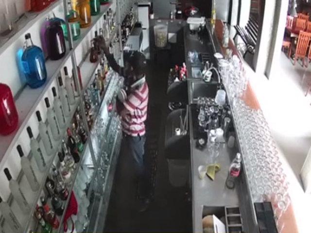 Comas: ladrón ingresa a bar y se lleva solo las botellas de whisky