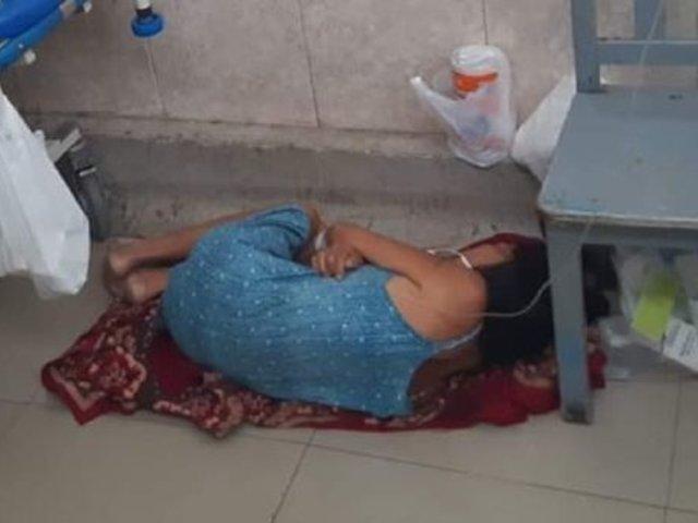 Mujer con fibrosis pulmonar durmió en el piso de un hospital por falta de camillas
