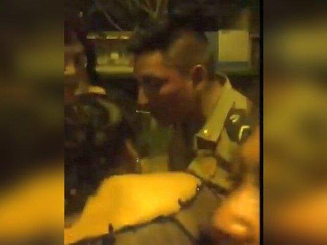 Policía uniformado golpea a su pareja porque la encontró conversando con otro sujeto