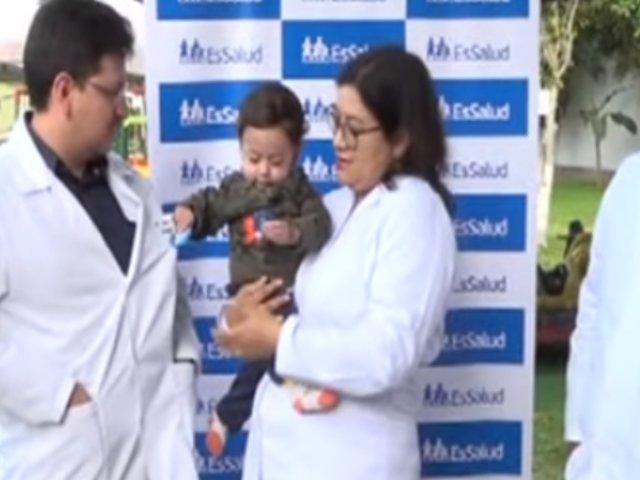 Bebé salva su vida tras recibir trasplante de hígado donado por su abuelo