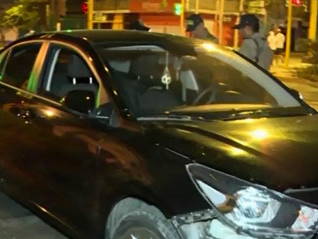 Miraflores: tres heridos tras choque de auto con motocicleta
