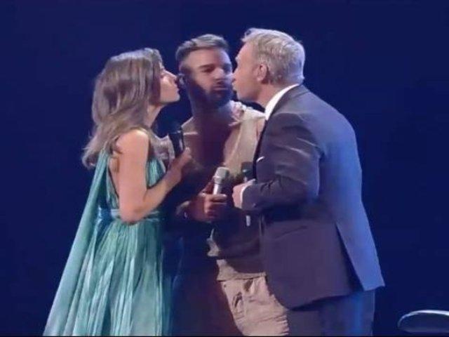 Ricky Martin le robó un beso al animador de Viña del Mar 2020