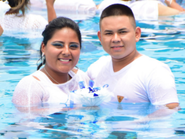 [FOTOS] Mucho calor: parejas se casaron dentro de piscina en distrito Mi Perú
