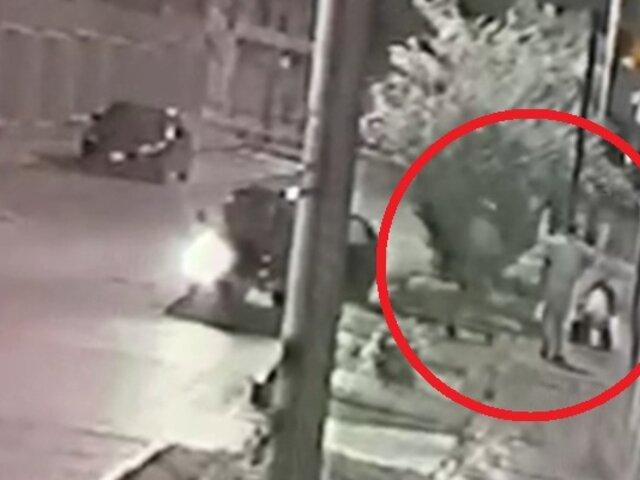 Cámaras de seguridad registran asalto a pareja en Miraflores