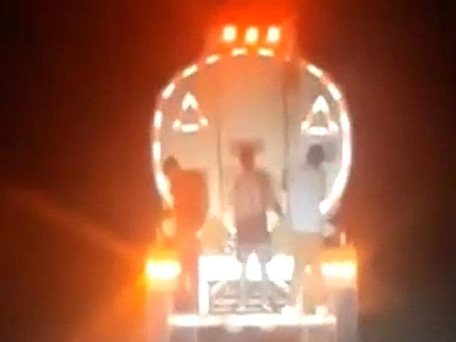 Tumbes: tres sujetos exponen su vida viajando en la parte posterior de cisterna