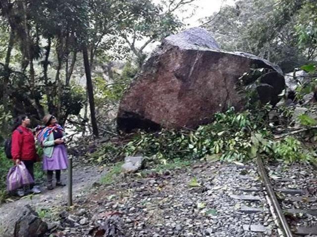 Cusco: roca de gran tamaño cae sobre vía férrea y bloquea paso de trenes