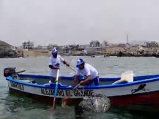 Comunidad de San Bartolo se une para limpiar su mar