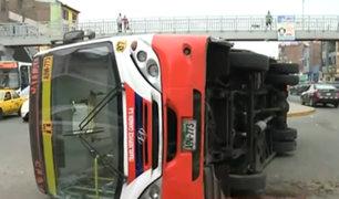 SMP: tres personas heridas tras aparatoso choque entre bus y camión