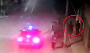 SMP: delincuentes en auto asaltan a hombre en la puerta de su casa