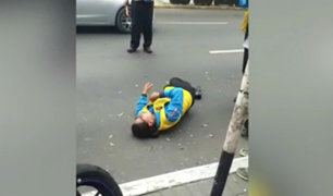 Av. Petit Thouars: agente de fiscalización resulta herido tras despiste de moto