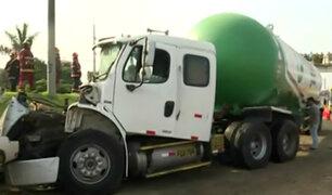 Vía Evitamiento parcialmente bloqueada tras choque de camión cisterna de gas