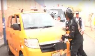 Conductor casi atropella a fiscalizadores y a periodistas por darse a la fuga