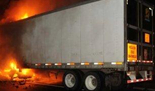 Policía y conductor rescatan a chófer de tráiler en llamas