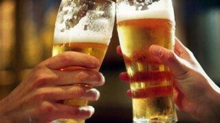 No saludar con beso ni la mano y no compartir el vaso de cerveza para evitar coronavirus