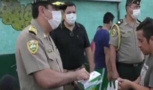 Agentes de la PNP entregan mascarillas gratis a la población
