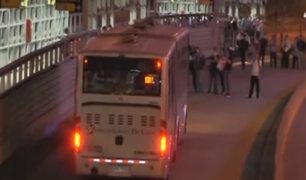 San Isidro: usuarios invadieron carril del Metropolitano para detener bus antes de toque de queda