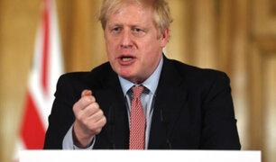 """Boris Johnson llama """"dementes"""" a las personas que se oponen a las vacunas"""