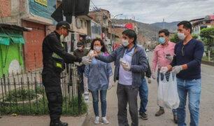 Estado de emergencia: aplauden a médicos, policías y militares en diferentes zonas del país