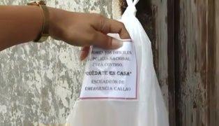 Policía Nacional repartió panes a vecinos de los Barracones del Callao