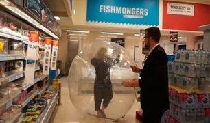 Captan a mujer comprando dentro de una pelota inflable por miedo al Covid-19